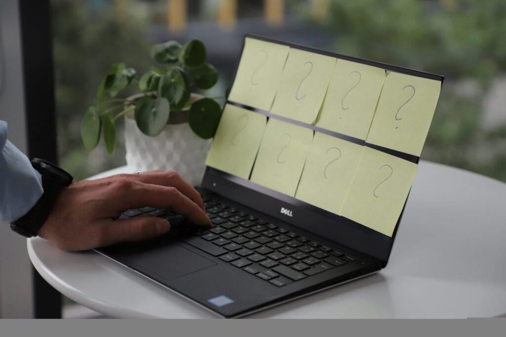 Notebook s postit lepitky s otazniky