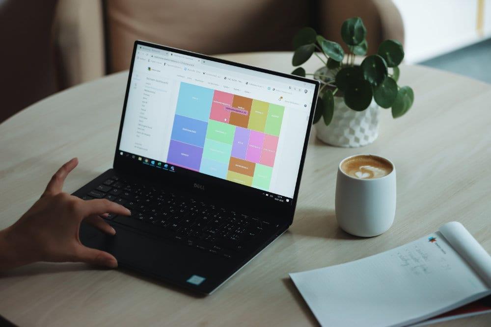Notebook kafe a poznamkovy blok na stole